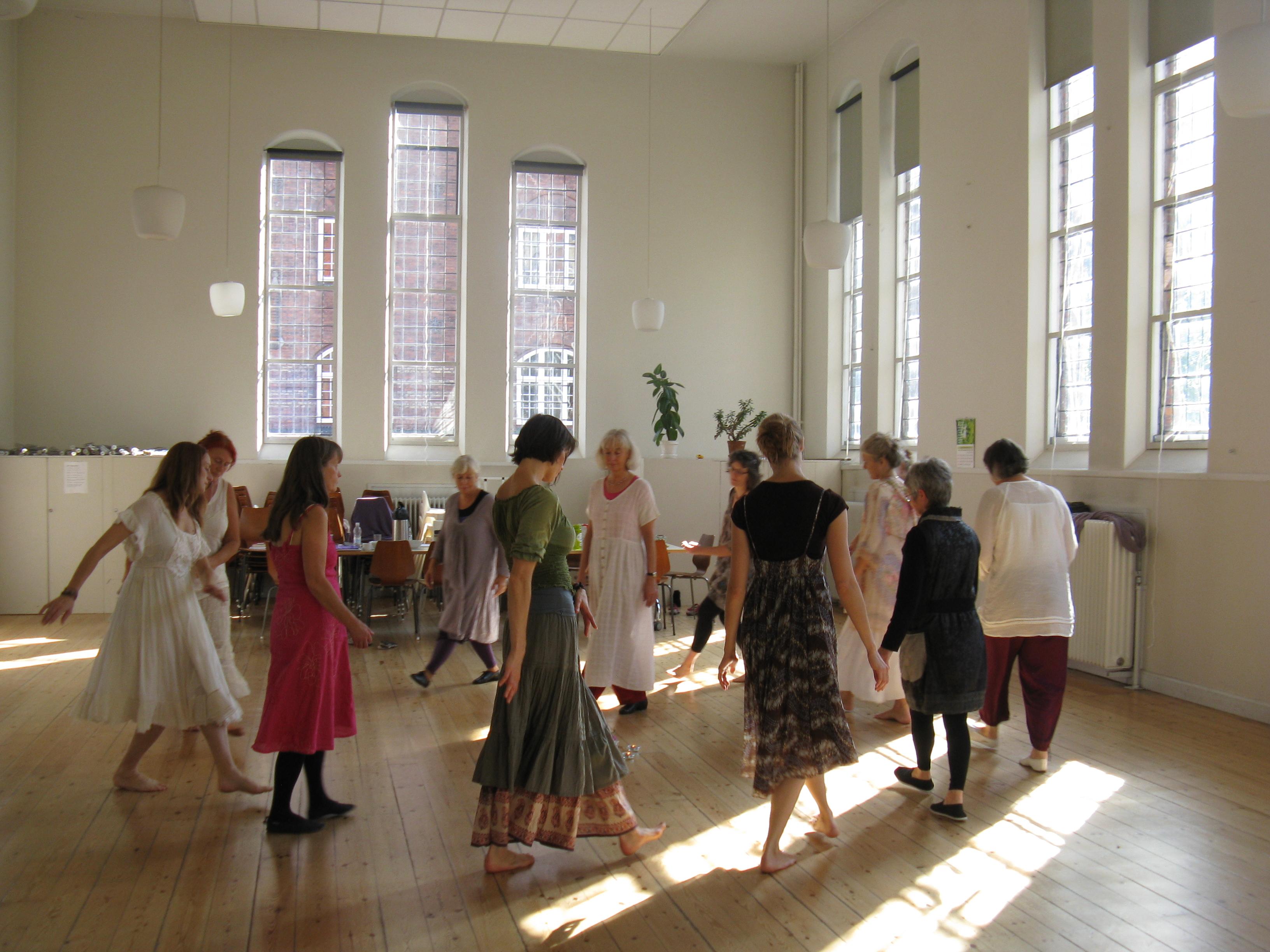 Dansere fra den første Grunduddannelse i hellige cirkeldanse september 2011